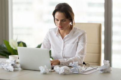 donna tenta di scrivere una lettera di presentazione per lavoro