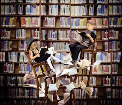 bambini leggono libri in una libreria