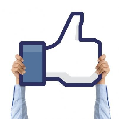tenere con le mani cartello con like facebook