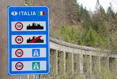 cartello che indica limiti di velocita in Italia