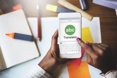 cellulare con programma di traduzione linguistica