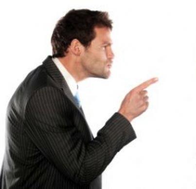 Uomo punta il dito contro altro