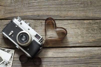 vecchia macchina fotografica con negativi a forma di cuore