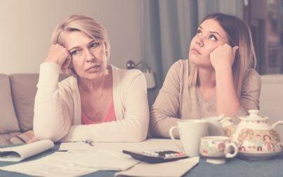 madre e figlia adulta pensano a problemi finanziari