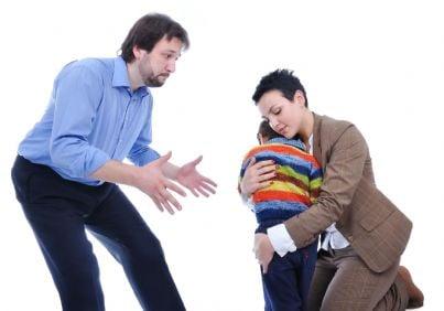 madre che protegge figlio dal padre negandogli affido