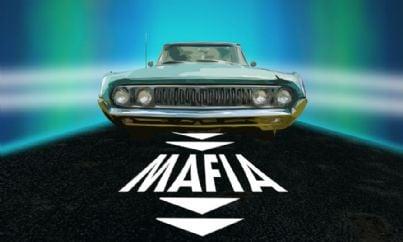 macchina su strada con scritta mafia