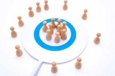 pedine che segnano maggioranza e minoranza in un cerchio