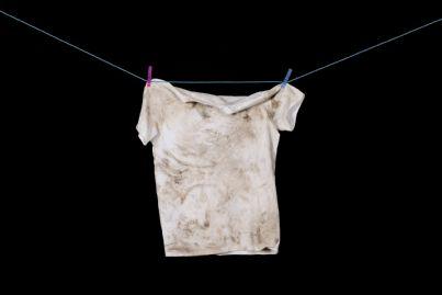 maglietta sporca appesa a un filo