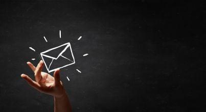 mano che tiene busta simbolo mail