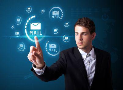 uomo seleziona icone mail digitale