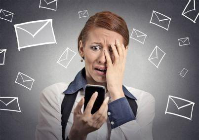 donna stressata dalle tante mail ricevute