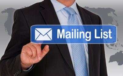 uomo indica con penna la mailing list