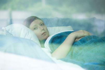 donna malata in un letto di ospedale