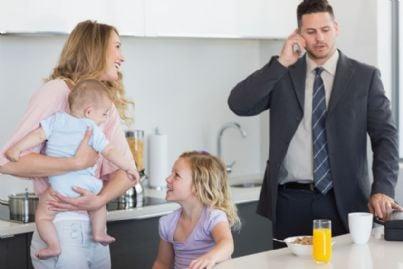 mamma con i figli mentre marito va al lavoro