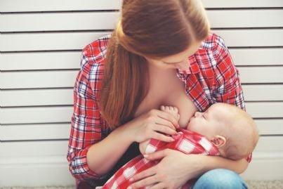 mamma allatta al seno il proprio bambino