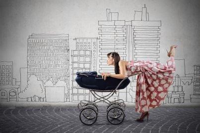 mamma o baby sitter con bambino in passeggino