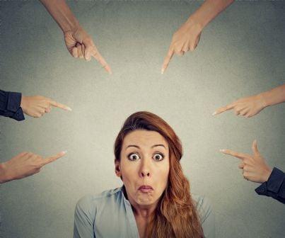 mani che indicano una donna per la sua colpa