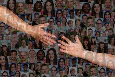 due mani che si aiutano con sfondo foto persone che si sostengono