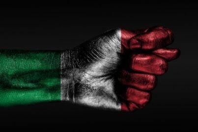 mano a pugno disegnata con bandiera italiana simbolo di aggressione
