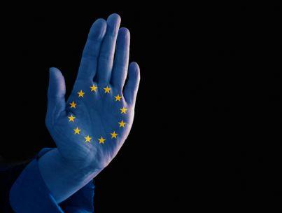 mano blu con stelle paesi europei
