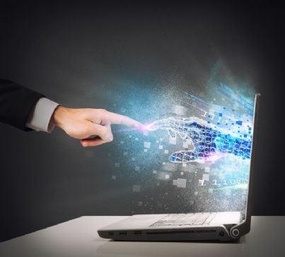 mano umana e virtuale che si collegano grazie ad internet