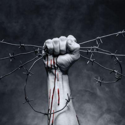 mano che stringe filo spinato concetto violenza