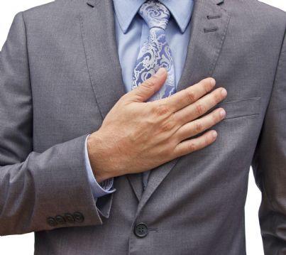 Uomo con mano sul cuore simbolo di verita