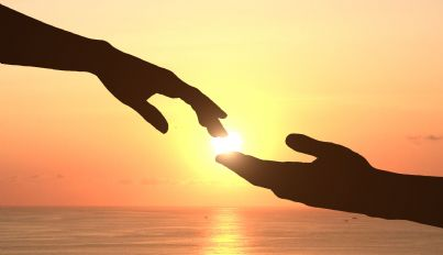 mani che si tendono per unirsi concetto aiuto
