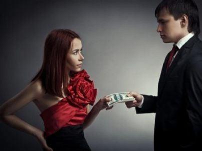 Donna che prende soldi da un uomo