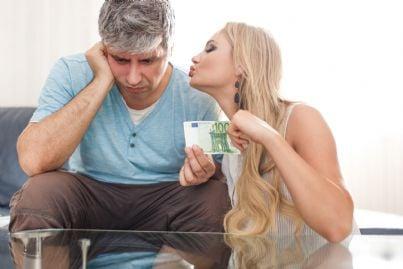 donna chiede soldi uomo concetto mantenimento