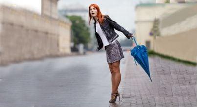 Donna su un marciapiede