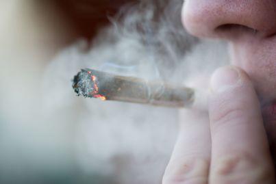 uomo che fuma marijuana