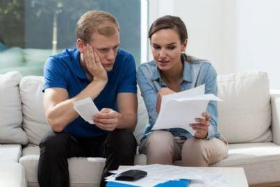 marito e moglie che guardano bollette e spese