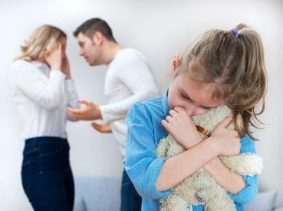 marito e moglie che litigano di fronte alla figlia