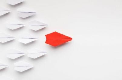 frecce di carta che si muovono verso obiettivo concetto marketing