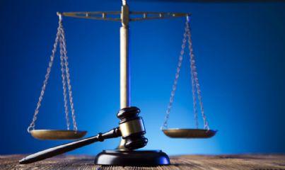 martello e bilancia concetto giustizia