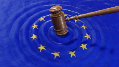 martello del giudice su bandiera europea