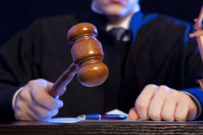 giudice uomo con martello