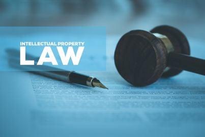 martello con parola legge e penna sullo sfondo