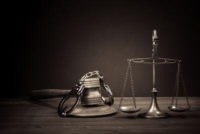 martello manette e bilancia simboli di giustizia