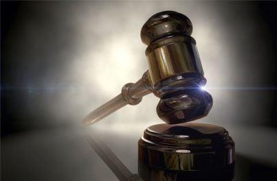 martello di giudice su un tavolo