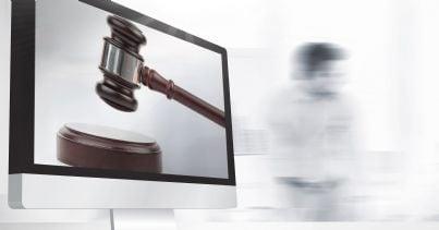 martello su pc per giustizia telematica