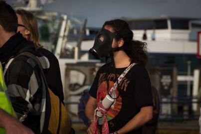 manifestante con maschera antigas