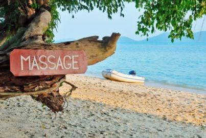 insegna massaggi su una spiaggia