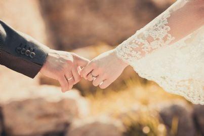 Coppia di sposi che si tiene per mano