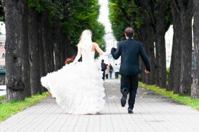 coppia di sposi su un viale