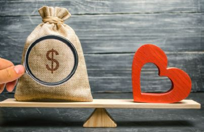 bilancia con cuore di matrimonio e soldi