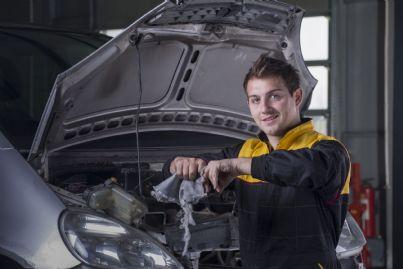 meccanico che effettua revisione auto