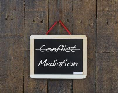 cartello con parole mediazione conflitto