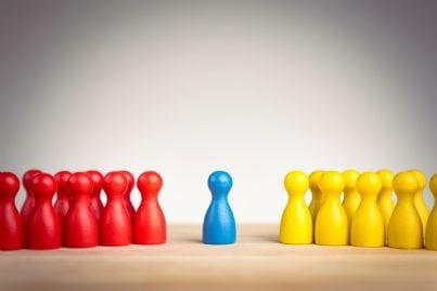 schieramenti di birilli di colore diverso concetto mediazione
